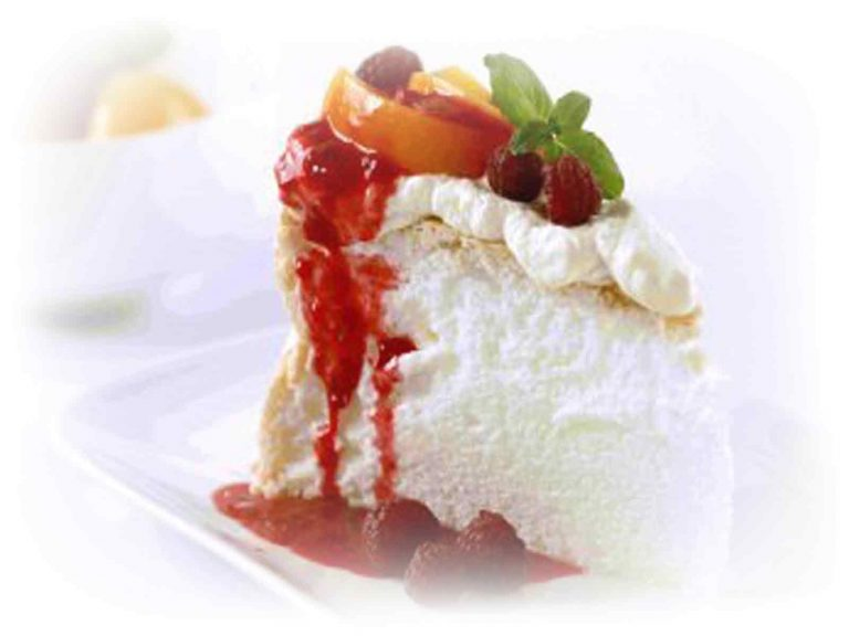 pavlova-strawberry-sauce