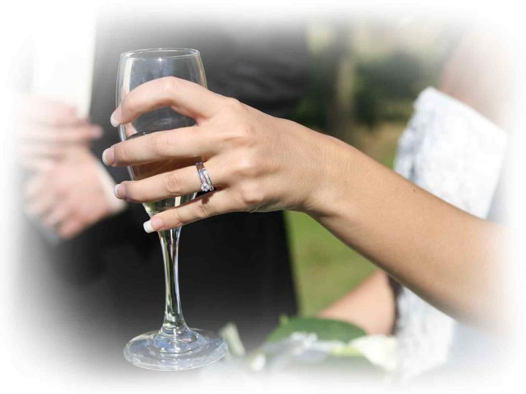 wedding-champagne-hands